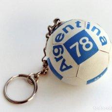 Coleccionismo deportivo: LLAVERO EN FORMA DE PELOTA, ORIGINAL MUNDIAL DE FÚTBOL ARGENTINA 78. NUEVO, A ESTRENAR. ARGENTINA. Lote 142646694