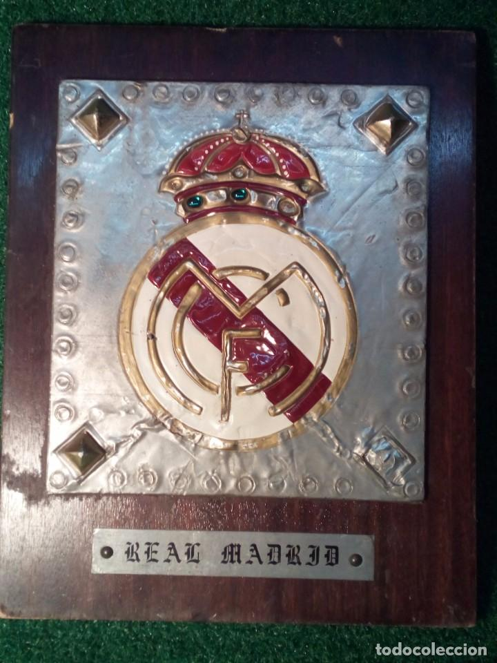Coleccionismo deportivo: ANTIGUO ESCUDO DEL REAL MADRID C.F. TALLADO ARTESANALMENTE - Foto 2 - 111924388