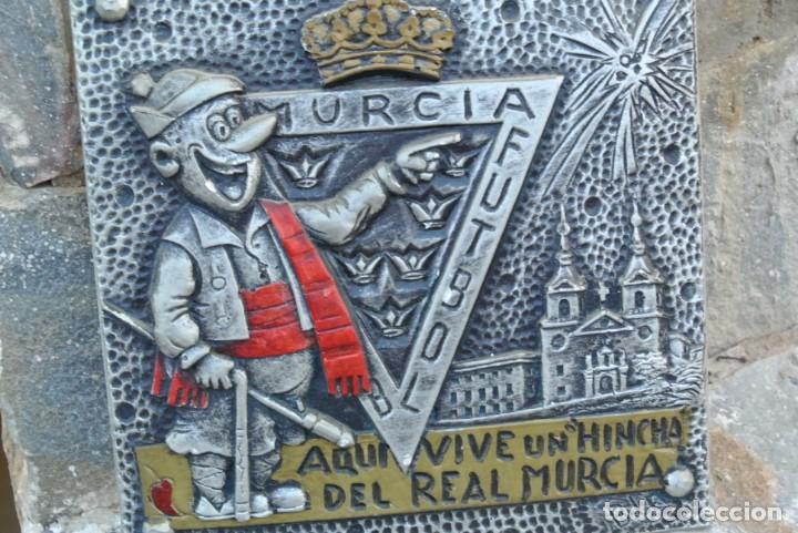 CARTEL AQUI VIVE UN HINCHA DEL REAL MURCIA (Coleccionismo Deportivo - Merchandising y Mascotas - Futbol)