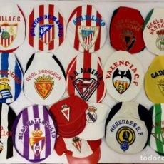 Coleccionismo deportivo: LOTE DE 17 GORRAS DE EQUIPOS DE FUTBOL ESPAÑOLES. . Lote 145486106