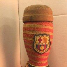 Coleccionismo deportivo: ANTIGUA BOTELLA DE LICOR FCB, BARÇA, FC BARCELONA, EN FORMA DE BOTA, CON ESCUDO. MIDE APROX 25CMS . Lote 147076766