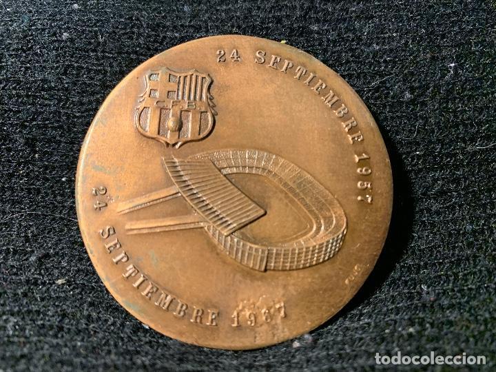Coleccionismo deportivo: MEDALLA DEL DECIMO ANIVERSARIO del ESTADIO 1967 FUTBOL CLUB Fc Barcelona cf barça f.c una joya - Foto 2 - 147419826