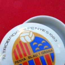 Coleccionismo deportivo: CAJITA CONMEMORATIVA DE CERAMICA- 7ºTROBADA DE PENYES, PENYA BLAU I GRANA BERGA, 1983, 7'5 CM.. Lote 147666578