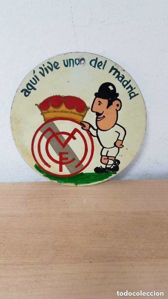 AQUÍ VIVE UNO DEL MADRID ANTIGUA (Coleccionismo Deportivo - Merchandising y Mascotas - Futbol)