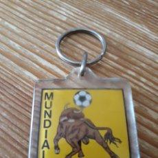 Coleccionismo deportivo: LLAVERO EN METACRILATO DEL MUNDIAL DE FUTBOL ESPAÑA 82 CON TORO Y BANDERA CON ESCUDO DEL AGUILA. Lote 148104117