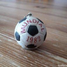 Coleccionismo deportivo: LLAVERO CON BALÓN DEL MUNDIAL DE FUTBOL ESPAÑA 82. Lote 148105125