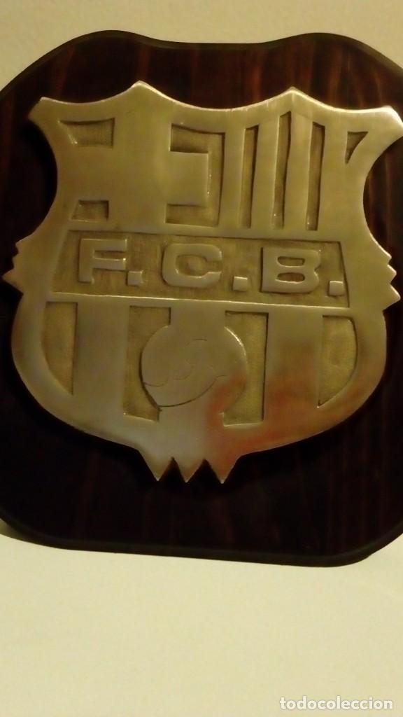 25 CM - FUTBOL CLUB BARCELONA - ESCUDO CON RELIEVE DE BRONCE CON MARCO DE MADERA DEL F.C.B BARÇA (Coleccionismo Deportivo - Merchandising y Mascotas - Futbol)