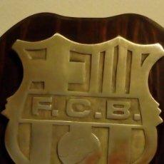 Coleccionismo deportivo: 25 CM - FUTBOL CLUB BARCELONA - ESCUDO CON RELIEVE DE BRONCE CON MARCO DE MADERA DEL F.C.B BARÇA. Lote 149191238