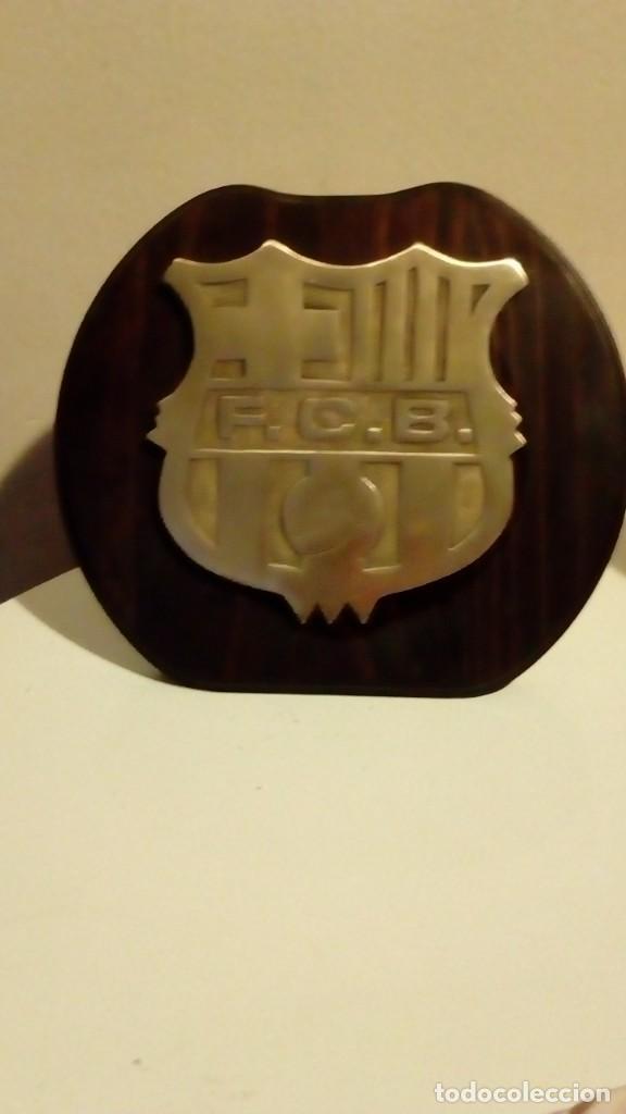 Coleccionismo deportivo: 25 CM - FUTBOL CLUB BARCELONA - ESCUDO CON RELIEVE DE BRONCE CON MARCO DE MADERA DEL F.C.B BARÇA - Foto 3 - 149191238