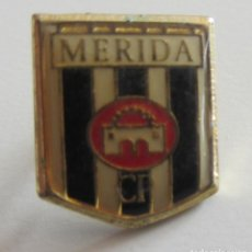 Coleccionismo deportivo: PIN BADGE ESCUDO FÚTBOL MERIDA CF. Lote 149709830
