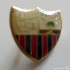 Coleccionismo deportivo: PIN ESCUDO FÚTBOL C.F. EXTREMADURA. Lote 149710990
