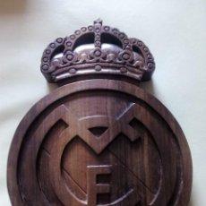 Coleccionismo deportivo: ESCUDO DEL REAL MADRID C.F. TALLADO ARTESANALMENTE EN MADERA DE NOGAL DE 40 CMS.. Lote 154039550