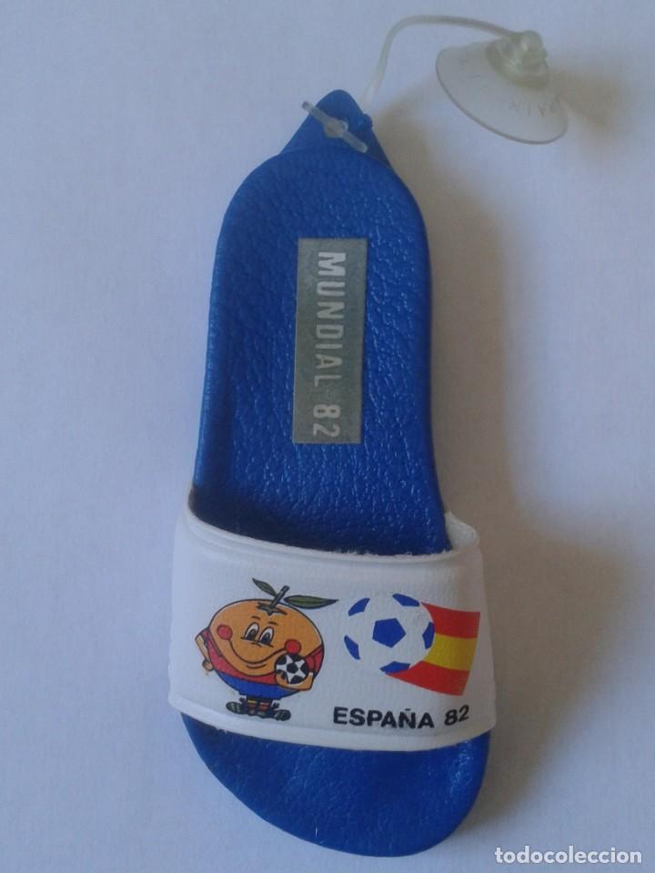 ADORNO COLGANTE PARA CRISTAL COCHE CON VENTOSA ÉPOCA NARANJITO MASCOTA MUNDIAL ESPAÑA 82 1982 FÚTBOL (Coleccionismo Deportivo - Merchandising y Mascotas - Futbol)
