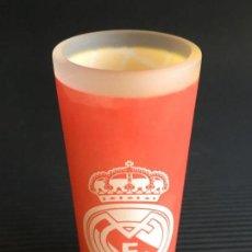 Coleccionismo deportivo: PEQUEÑO VASO DE CRISTAL DE CHUPITO DE LICOR, DEL REAL MADRID, CON LA INSCRIPCIÓN !HALA MADRID!. Lote 157675286