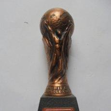 Coleccionismo deportivo: TROFEO FIFA WORLD CUP ´82 - SACAPUNTAS. Lote 158950434