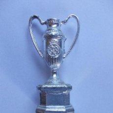 Coleccionismo deportivo: TROFEO EN MINIATURA REAL MADRID DIARIO AS. Lote 160151018