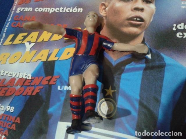 Coleccionismo deportivo: FIGURA F.C. BRCELONA ( RONALDO Nº 9 ) DE 10 CM DE ALTURA - Foto 2 - 160514794