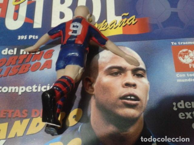 Coleccionismo deportivo: FIGURA F.C. BRCELONA ( RONALDO Nº 9 ) DE 10 CM DE ALTURA - Foto 3 - 160514794