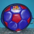 Coleccionismo deportivo: LLAVERO MONEDERO FORMA PELOTA FUTBOL F.C. BARCELONA BARÇA. Lote 160898846