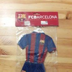 Coleccionismo deportivo: EQUIPACION MINI BARÇA FC BARCELONA CON VENTOSA PARA COLGAR FUTBOL. Lote 161685352
