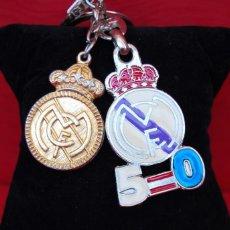 Coleccionismo deportivo: LOTE DE DOS LLAVEROS METALICOS C . F .REAL MADRID 1995 ,PUBLICIDAD, MERCHANDISING.. Lote 165978658