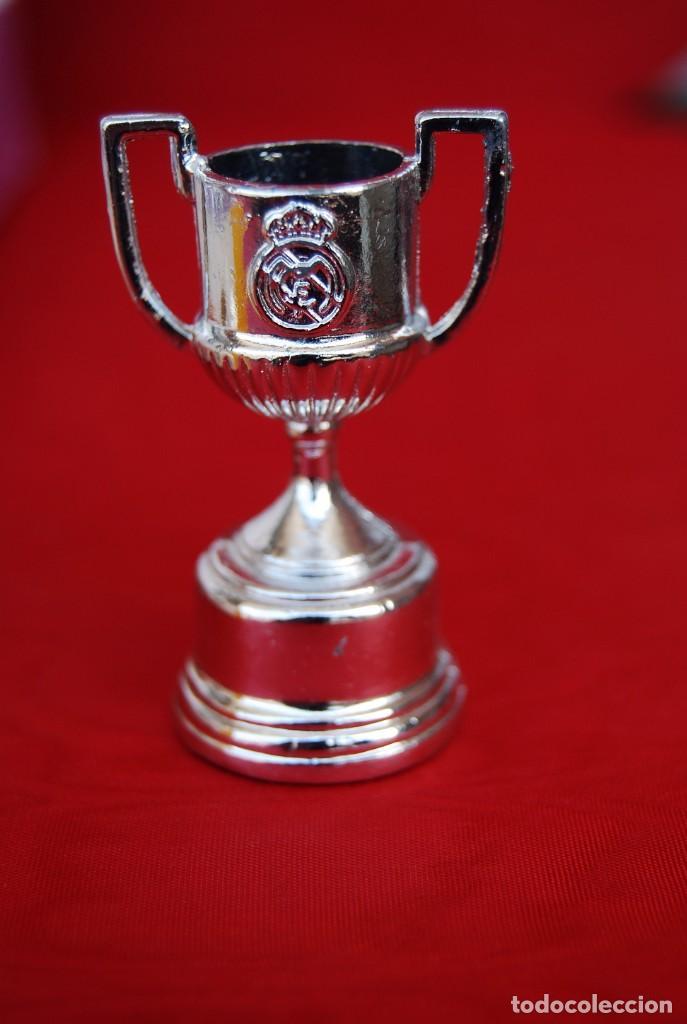 Coleccionismo deportivo: REAL MADRID Sala de Trofeos 21 Réplicas en miniatura de Copas Trofeos más importantes de su historia - Foto 4 - 165983826