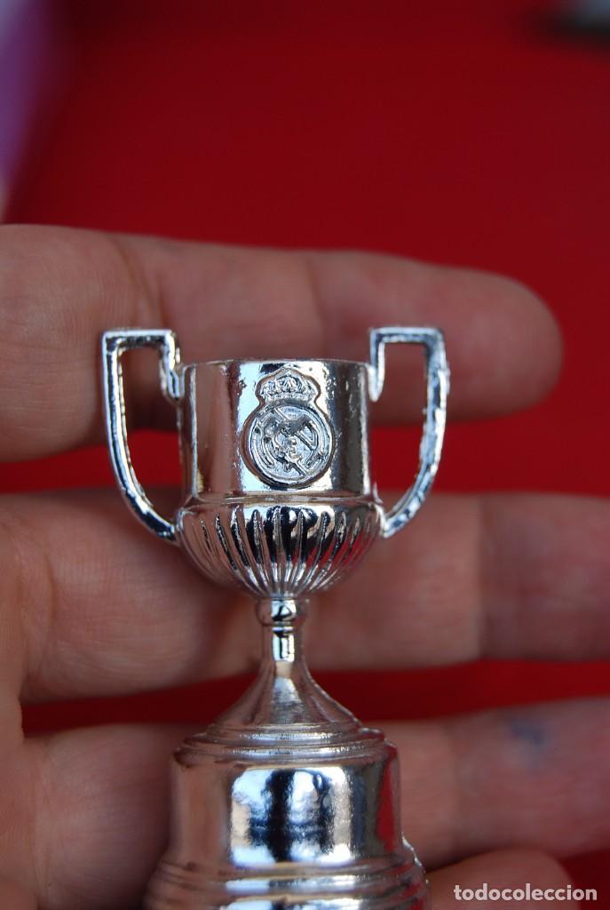 Coleccionismo deportivo: REAL MADRID Sala de Trofeos 21 Réplicas en miniatura de Copas Trofeos más importantes de su historia - Foto 5 - 165983826