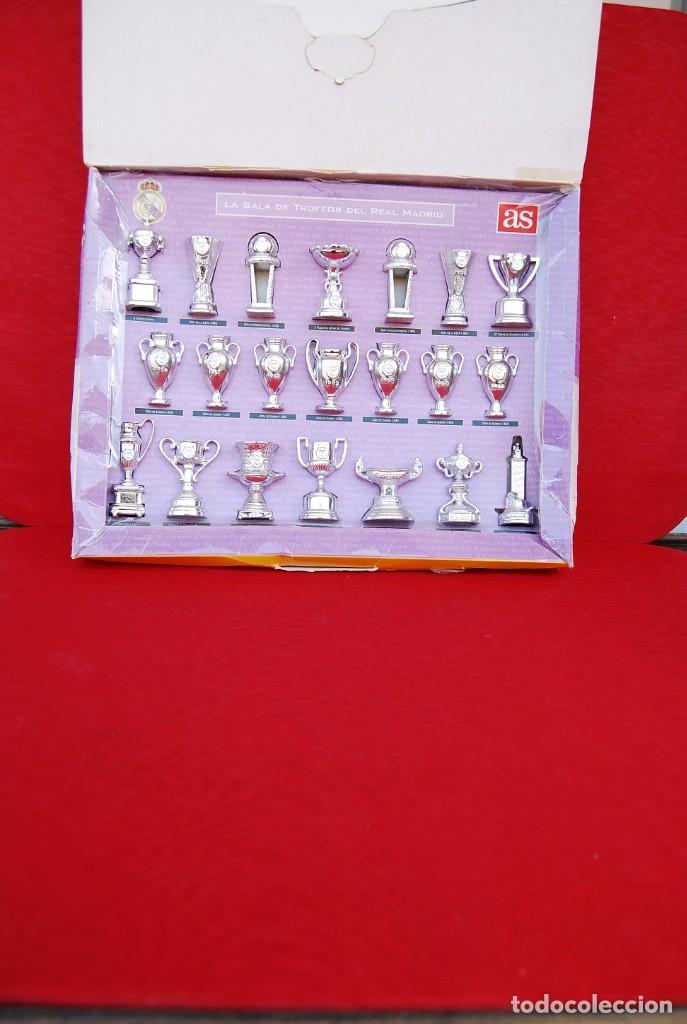 Coleccionismo deportivo: REAL MADRID Sala de Trofeos 21 Réplicas en miniatura de Copas Trofeos más importantes de su historia - Foto 10 - 165983826