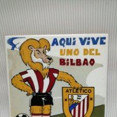 Coleccionismo deportivo: AZULEJO AQUÍ VIVE UNO DEL BILBAO 15 CM X 15 CM . Lote 166496666