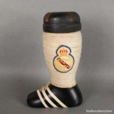 Coleccionismo deportivo: REAL MADRID BOTELLA DE BRANDY EN FORMA DE BOTA DE FÚTBOL. 1960 - 1970 (BRD). Lote 167457800