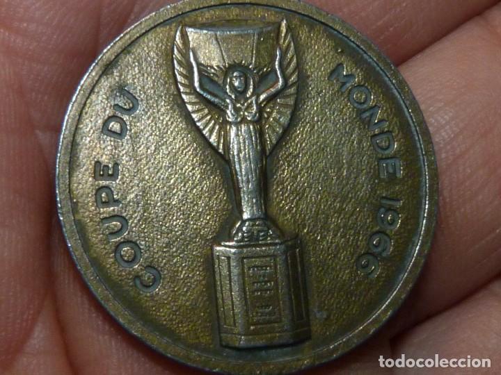 Coleccionismo deportivo: Escaso llavero balón Coupe du Monde 1966 latón Copa Jules Rimet Mundial Inglaterra - Foto 3 - 169141000
