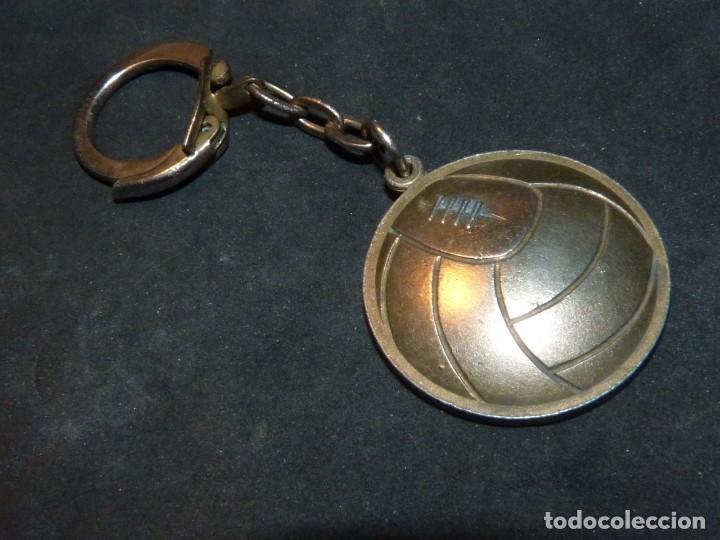 Coleccionismo deportivo: Escaso llavero balón Coupe du Monde 1966 latón Copa Jules Rimet Mundial Inglaterra - Foto 2 - 169141000