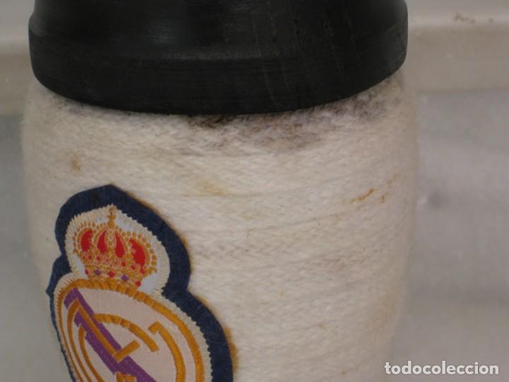 Coleccionismo deportivo: Botella de Brandy en forma de bota del Real Madrid. - Foto 2 - 169388304