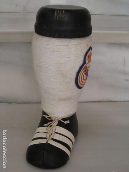 Coleccionismo deportivo: Botella de Brandy en forma de bota del Real Madrid. - Foto 7 - 169388304