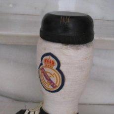 Coleccionismo deportivo: BOTELLA DE BRANDY EN FORMA DE BOTA DEL REAL MADRID. . Lote 169388304