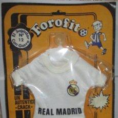 Coleccionismo deportivo: REAL MADRID FOROFITO MINI-EQUIPACIÓN CON VENTOSA PARA EL COCHE AÑOS 80 NUEVO. Lote 172713703