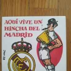 Coleccionismo deportivo: AZULEJO DEL REAL MADRID: AQUI VIVE UN HINCHA DEL MADRID. HECHO EN ESPAÑA. PERFECTO ESTADO.. Lote 175251264