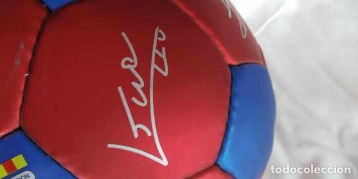 Coleccionismo deportivo: BALON JOSMA MERCHANDISING BARÇA año 2000 CON FIRMAS Y LOGOS SERIGRAFIADOS,NUEVO, RONALDINHO - Foto 3 - 176284619