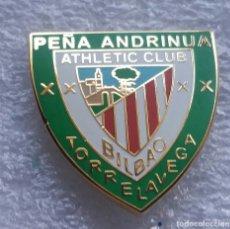 Coleccionismo deportivo: ATHLETIC CLUB BILBAO TXAPELA PIN ANDRINUA DE TORRELAVEGA 2. Lote 295491708