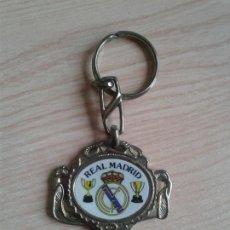 Coleccionismo deportivo: LLAVERO EN METAL REAL MADRID DOS COPAS Y SANTIAGO BERNABEU. Lote 178606677