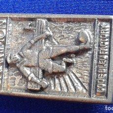 Coleccionismo deportivo: INSIGNIA ANTIGUA FUTBOL-CODE BLUE FACTORY-CHAMPION. Lote 179154673