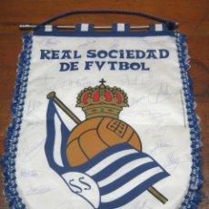 Coleccionismo deportivo: REAL SOCIEDAD DE FUTBOL - BANDERIN GRANDE ESTANDARTE FIRMADO . Lote 186176313