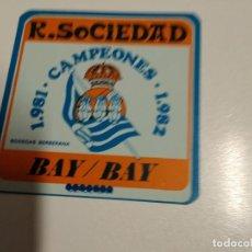 Coleccionismo deportivo: POSAVASO REAL SOCIEDAD 1981 CAMPEONES 1982 / BAY BAY SAN SEBASTIAN. Lote 190777902