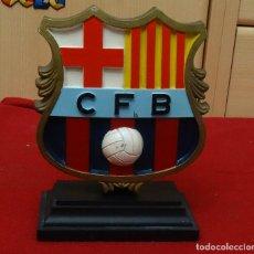 Coleccionismo deportivo: ANTIGUO ESCUDO BARCELONA C.F.B PARA MESA, VITRINA, CHIMENEA ETC. ETC.. Lote 192756055