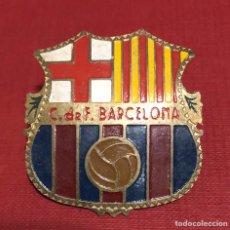 Coleccionismo deportivo: ANTIGUA PLACA EN CHAPA ESMALTADA, DEL ESCUDO DEL CLUB DE FÚTBOL BARCELONA.. Lote 192802536