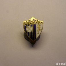 Coleccionismo deportivo: ANTIGUA INSIGNIA DE FUTBOL, ATLANTA BERGAMASCA, BERGAMO, ITALIA. ESMALTES AL FUEGO.. Lote 192812260