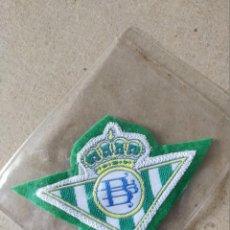 Coleccionismo deportivo: FUTBOL. PARCHE DE TELA ESCUDO BORDADO: BETIS (FONDO VERDE) - AÑOS 70/80. Lote 194401695