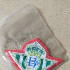 Coleccionismo deportivo: FUTBOL. PARCHE DE TELA ESCUDO BORDADO: BETIS (FONDO ROJO) - AÑOS 70/80. Lote 194401772
