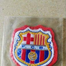 Coleccionismo deportivo: FUTBOL. PARCHE DE TELA ESCUDO BORDADO: F.C. BARCELONA (FONDO ROJO) - AÑOS 70/80. Lote 194402135