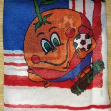 Coleccionismo deportivo: PAÑUELO SERIGRAFIA NARANJITO MUNDIAL DE FUTBOL 1982 TAMAÑO FOULARD MARCA VELLA'S. Lote 194590463